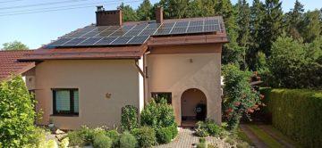 dom jednorodzinny z mikroinstalacją na dachu