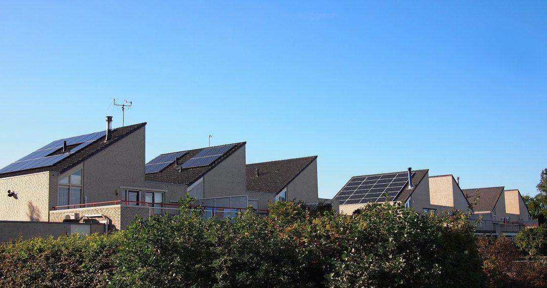 Domy jednorodzinne z panelami fotowoltaicznymi na dachu