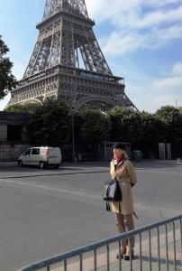 Paryżanka pod wieżą Eiffla
