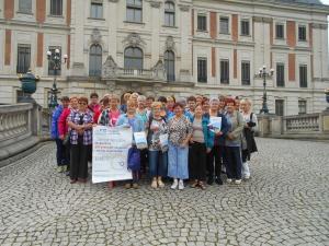 Grupa kobiet przed budynkiem