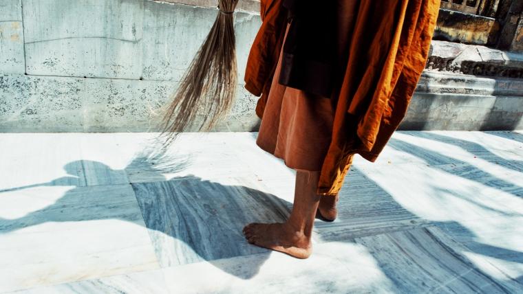 bose nogi mnicha z miotła