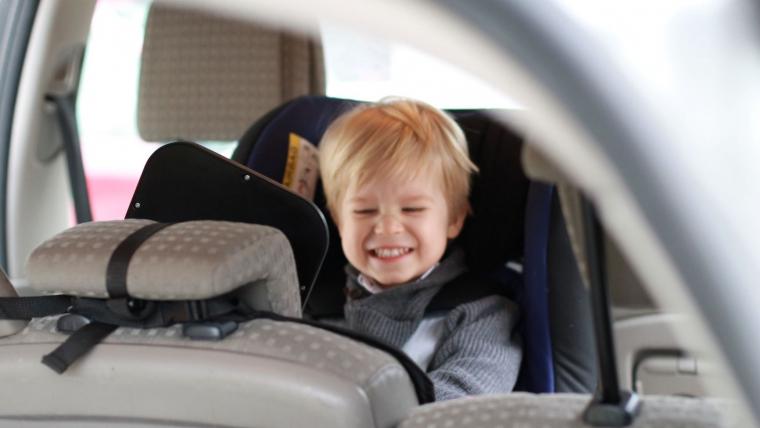 dziecko w samochodowym foteliku