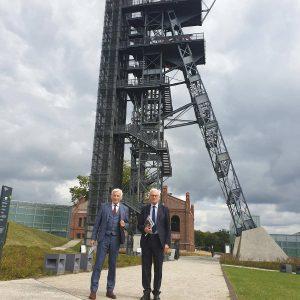 Jerzy Buzek na tle maszyny wyciągowej