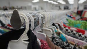 Ubrania wiszące na wieszakach