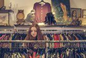 Kobieta ogląda ubrania w ciucholandzie