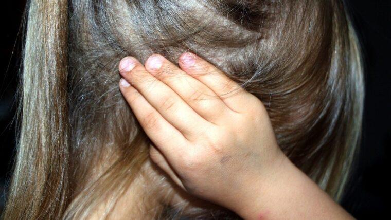 dziewczyna zasłania uszy