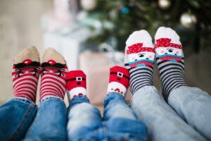 stopy w kolorowych skarpetach