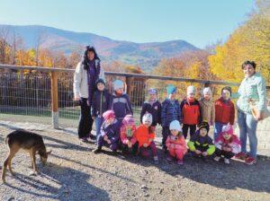Grupa przedszkolanów z sarnką