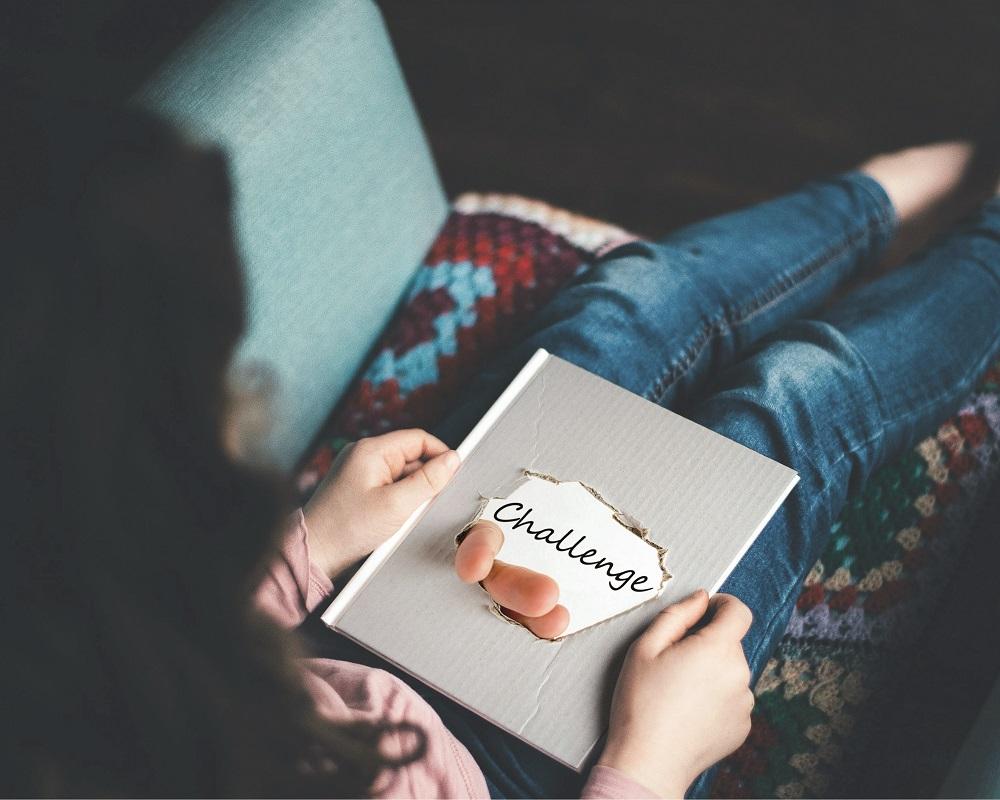 kobieta czyta księżkę