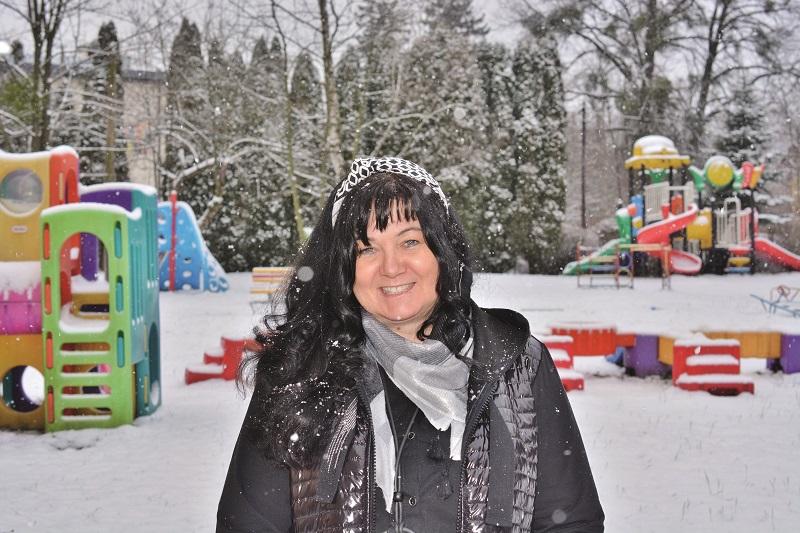 Kobieta brunetka w zimowej porze