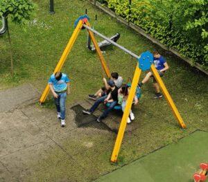 Smutne zabawy 12 latków na dziecięcej huślawce