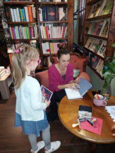 autorka Agata romaniuk podpisuje książkę