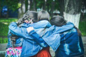 trzy kobiety obejmują się